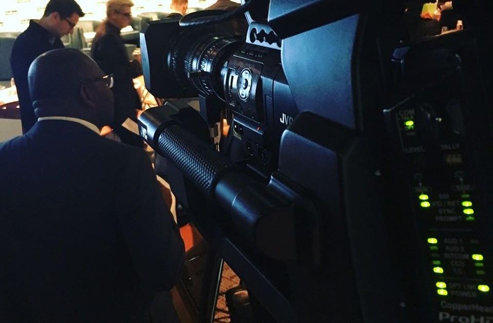 vue de derrière une caméra lors d'un événement multicam